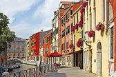 Venezia canal grande con le gondole, italia nella luminosa giornata estiva — Foto Stock