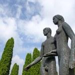 Beautiful statues of man aand woman holding hands taken in Oleshkiv castle, Ukraine — Stock Photo