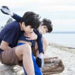 big brother Holding çocuk plaj üzerinde devre dışı. — Stok fotoğraf #11616721