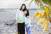 Two sisters standing on the beach — Stock Photo