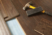 Hammer and Block with New Laminate Flooring — Stockfoto
