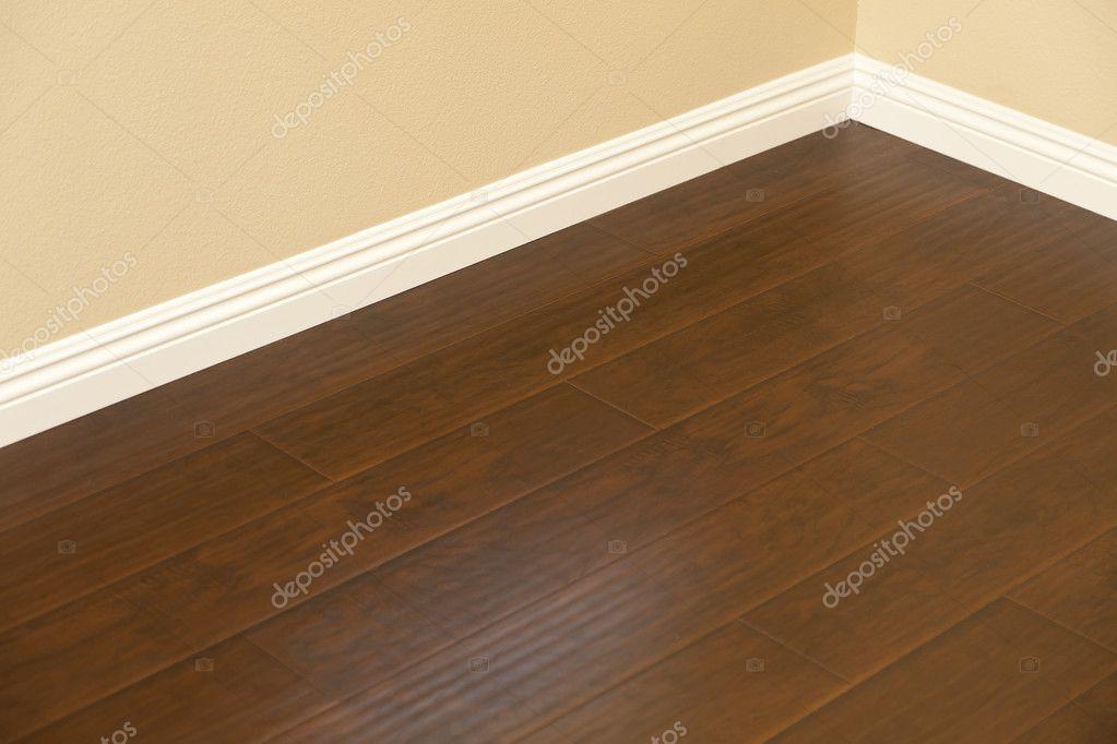 Rec m instalado piso laminado marrom e rodap s em casa for Piso laminado instalado