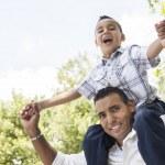 Hispano padre e hijo divertirse en el parque — Foto de Stock