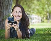 Razza mista giovane femmina sms sul cellulare di fuori — Foto Stock