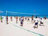 Tourists playing volleyball at a cuban beach — Stock Photo