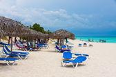 Turisti rilassanti in una spiaggia cubana — Foto Stock