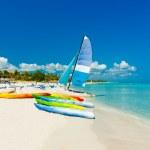 Barcos numa praia tropical em cuba — Foto Stock