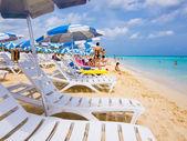 Turistas tomando el sol en una playa cubana — Foto de Stock