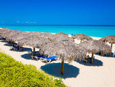 Thatched umbrellas at a beach in Cuba — Stock Photo