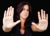Vrouw met haar handen signalering te stoppen — Stockfoto