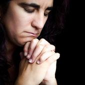 ヒスパニックの女性に分離された黒を祈って — ストック写真