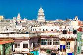みすぼらしい建物と国会議事堂などを含むハバナのビュー — ストック写真