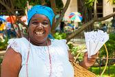 Czarna kobieta sprzedaży prażone orzeszki ziemne w hawanie — Zdjęcie stockowe