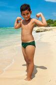 Chico latino en una playa tropical — Foto de Stock