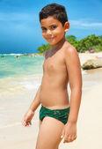 Criança hispânica numa praia tropical — Foto Stock