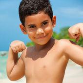 ヒスパニック系の子供が彼の筋肉を示す — ストック写真