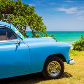 Gammal amerikansk bil vid en strand i kuba — Stockfoto