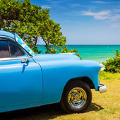 Old american car at a beach in Cuba — Stok fotoğraf