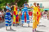 χορευτές στα ξυλοπόδαρα σε ένα καρναβάλι στην παλιά αβάνα — Φωτογραφία Αρχείου