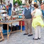 turistas que visitan un popular mercadillo — Foto de Stock   #12069691
