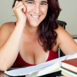 Adult hispanic woman studying — Stockfoto
