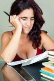 Jovem mulher latina estudar — Foto Stock