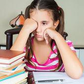 Cansado colegiala con cara de sueño — Foto de Stock