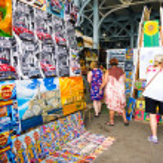 Tourists visiting an art fair in Havana — Stock Photo