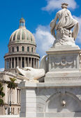 Famous fountain and the Capitol of Havana — Stock Photo