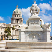 Fountain in Havana with the Capitol in the background — Stock Photo