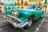 Cadillac classico in un quartiere colorato all'avana — Foto Stock