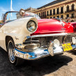 Vintage Ford Fairlane in front of the Capitol in Havana — Stock fotografie