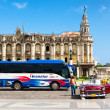 Classic car and tourism bus in front of the Havana Capitol — Foto de Stock