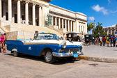 Vintage ford σταθμευμένο μπροστά από το καπιτώλιο στην αβάνα — Φωτογραφία Αρχείου