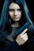 Vacker goth flicka med pistol — Stockfoto
