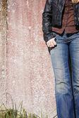 Kvinnlig modell stående på väggen — Stockfoto