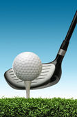 мяч для гольфа на теэ — Стоковое фото