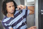 Telefon kulübesi üzerinde konuşan adam — Stok fotoğraf