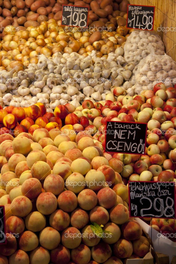 Fruits and vegetables on display in a market in Budapest, Hungary — Stock Photo #10951261