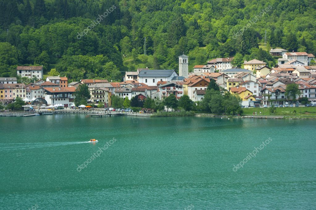 The green waters of Barcis lake and village of Barcis itself in Valcellina, Pordenone, Italy — Stock Photo #11453683