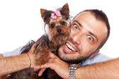 Молодой человек, держащий мило Йорки щенки — Стоковое фото