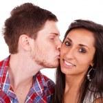 junger Mann seine Freundin auf die Wange küssen — Stockfoto