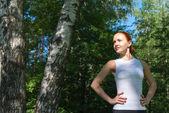 Ormanda duran genç kırmızı kadın — Stok fotoğraf