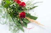 Güzel güller ve beyaz çiçekler buket tanzimi — Stok fotoğraf