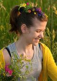Güzel genç kız çiçek çayır on güneşli bir bahar gününde alıyorum — Stok fotoğraf