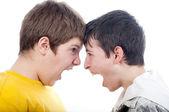 Zwei teenager schreiend einander isoliert auf weiss — Stockfoto