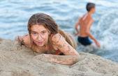 Hermosa chica adolescente divirtiéndose en la playa en verano — Foto de Stock