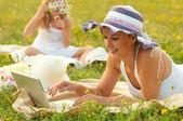 Mère et fille s'amuser dans la nature journée d'été ensoleillée — Photo