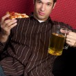 pizza en bier man — Stockfoto