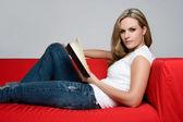 Flickan läsa bok — Stockfoto